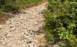 Początek zjazdu z Lubania niebieskim szlakiem